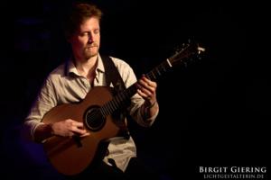 Gitarrist Philipp Wiechert fotografiert von Birgit Giering der Lichtgestalterin