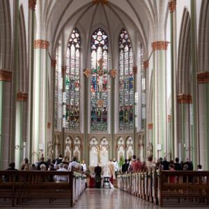 Hochzeit in der Kirche, Blick auf den Altar, Brautpaar von hinten fotografiert von Birgit Giering, der Lichtgestalterin aus Münster