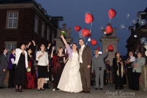 Brautpaar mit Luftballons nach Sonnenuntergang am Schloss Nordkirchen fotografiert von der Fotografin Birgit Giering aus Münster, auch unter Lichtgestalterin bekannt