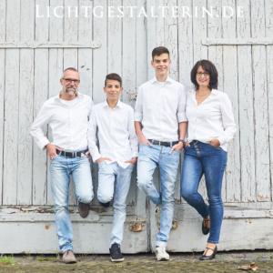 fotogene Familie, Mann und Frau, Mutter und Vater mit zwei Kindern, jugendlichen Söhnen in weißen Hemden in Farbe