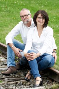 Paar mittleren Alters in weißen Hemden, Mann und Frau