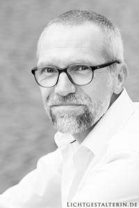 Bild eines Mannes mit Brille und Bart in schwarzweiß